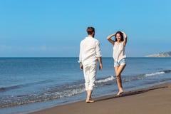 Romance des vacances : couples dans l'amour sur la plage flirtant Images libres de droits