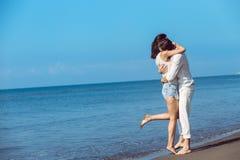 Romance des vacances : couples dans l'amour sur la plage flirtant Photographie stock libre de droits