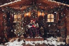 Romance do Natal na atmosfera bonita de ano novo da casa dos chapéus de Santa Claus foto de stock royalty free