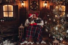 Romance do Natal na atmosfera bonita de ano novo da casa dos chapéus de Santa Claus fotografia de stock royalty free