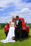Romance: Dos amantes con el carro clásico Imágenes de archivo libres de regalías