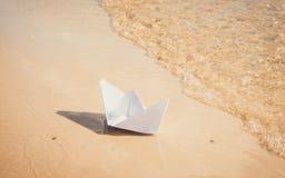 Romance en colores en colores pastel suaves Barco de papel del juguete Imagen de archivo libre de regalías