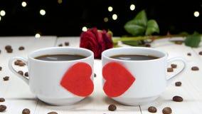 Romance en día del ` s de la tarjeta del día de San Valentín Dos tazas de café para los amores almacen de metraje de vídeo