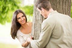 Romance en el parque Foto de archivo libre de regalías