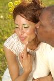 Romance en el parque Fotos de archivo libres de regalías