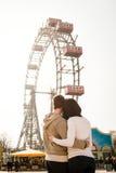 Romance en el parque de atracciones - par joven en amor Imágenes de archivo libres de regalías