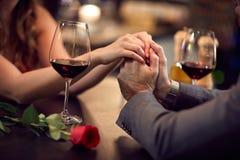 Romance en el restaurante para el Día-concepto del ` s de la tarjeta del día de San Valentín foto de archivo libre de regalías