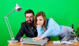 Romance en el trabajo seduction Los éticas corporativos Hombre de negocios y ayudante trabajo atractivo de la mujer y del hombre  fotos de archivo libres de regalías