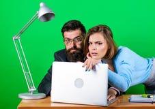 Romance en el trabajo seduction Los éticas corporativos Hombre de negocios y ayudante trabajo de la mujer y del hombre en oficina imagen de archivo libre de regalías