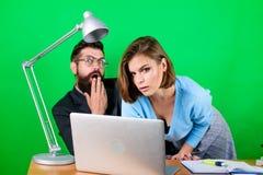 Romance en el trabajo seduction pares del negocio en el ordenador trabajo de la mujer y del hombre en oficina en el ordenador por imagenes de archivo