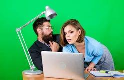 Romance en el trabajo seduction pares del negocio en el ordenador El hombre de negocios y el ayudante solucionan problema trabajo foto de archivo