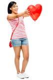 Romance en forma de corazón rojo del globo de la mujer feliz Imagen de archivo libre de regalías