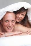 Romance en la cama fotos de archivo libres de regalías