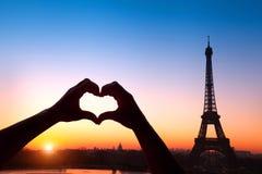 Romance en la ciudad del amor Foto de archivo
