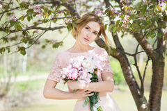 Romance Frau hält Blumenstrauß von rosa Pfingstrosen Bridesmade, Braut Stockfotografie