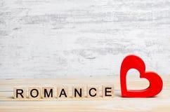 Romance, le concept de l'amour, un coeur rouge en bois et une inscription romane Je t'aime Place pour le texte Photos stock
