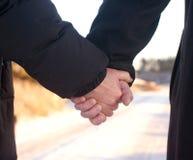 Romance - mãos velhas da terra arrendada dos pares Foto de Stock Royalty Free