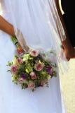 Romance: Mazzo nuziale - mani della holding Fotografie Stock