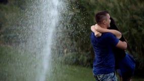 Romance mojado en un parque del día de fiesta almacen de video