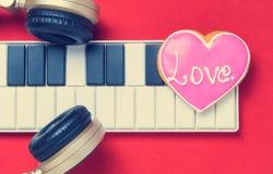 Romance Musik mit der Herzform, die für Valentinsgrüße kocht lizenzfreies stockbild