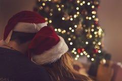 Romance sous un arbre de Noël Photographie stock