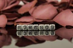Romance sur des perles avec des pétales de rose Photographie stock libre de droits