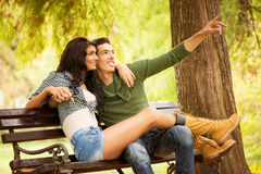 Romance sur un banc de parc Photo libre de droits
