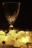 Romance - vinho, luz de vela, e flores Foto de Stock