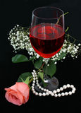 Romance, vino y perlas foto de archivo