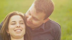 Romance von einem jungen Paar in der Liebe parken Sie Sonnenuntergangzeitlupe stock footage
