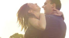 Romance von einem jungen Paar in der Liebe parken Sie Sonnenuntergangzeitlupelebensstil