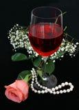 Romance, Wein und Perlen Stockfoto