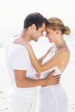 romancing年轻的夫妇站立面对面和 库存照片