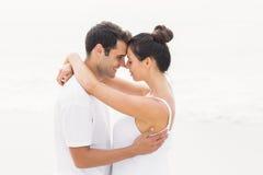 romancing年轻的夫妇站立面对面和 免版税库存照片