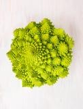 Romanesco在白色木的圆白菜头 库存图片