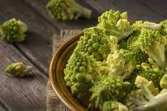 Romanesco broccoli i en platta fotografering för bildbyråer