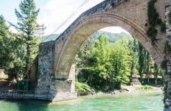 Romanesque γέφυρα με μια ενιαία αψίδα, στη Gerri de Λα Sal, στον ποταμό Noguera Pallaresa Καταλανικά Πυρηναία , Ισπανία στοκ εικόνες