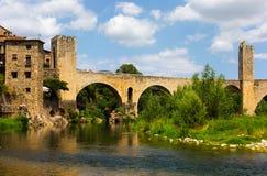 Romanesque γέφυρα πέρα από τον ποταμό Fluvia σε Besalu Καταλωνία Στοκ εικόνες με δικαίωμα ελεύθερης χρήσης