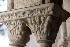 Romanesque κεφάλαιο στην εκκλησία μοναστηριών του καθεδρικού ναού Αγίου Trophime σε Arles Προβηγκία, Στοκ Εικόνες