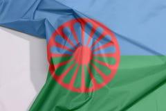 Romani Leutegewebeflaggenkrepp und -falte mit Leerraum lizenzfreie stockbilder