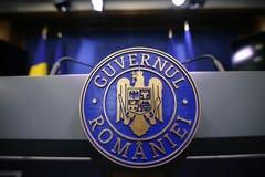 Romania's emblem med den rumänska regerings- texten royaltyfria foton