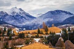 romania det räknade liggandeberg sörjer snowsprucevinter Arkivbilder