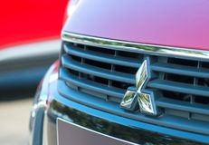 ROMANIA-SEPTEMBER 2 2017 Mitsubishi logo på September 2 2017 i RUMÄNIEN, logo av en Mitsubishi bil som visas i en bilshow i Galat Royaltyfri Bild