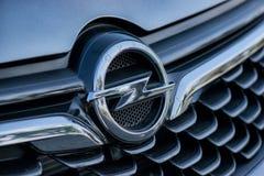 ROMANIA-SEPTEMBER 2 2017 Opel logo på September 2 2017 i RUMÄNIEN, logo av en Opel bil som in visas i en bilshow; Galati Rumänien Arkivfoto