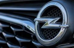 ROMANIA-SEPTEMBER 2 2017 Opel logo på September 2 2017 i RUMÄNIEN, logo av en Opel bil som in visas i en bilshow; Galati Rumänien Arkivbild