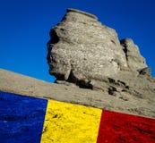 romania sfinxen från de Bucegi bergen och romanianen, nationsflagga Arkivfoto