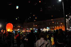 Romanians saluterar konungen Michael med ballonger för varm luft på hans namnsdag Arkivbilder