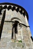 Romanische Artprobe, gewölbtes Fenster in der Apsis San Juan de Ribadavia Church Order von Saint John mit blauem Himmel Ribadavia lizenzfreie stockbilder