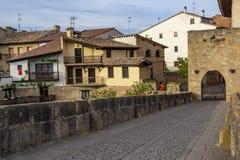 Romanische Brücke über dem Fluss Arga in Puente-La Reina, Navarra Spanien lizenzfreies stockfoto