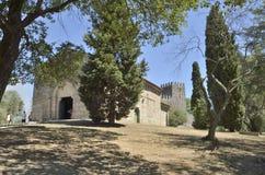 Romanische Kirche und das Schloss Stockfoto